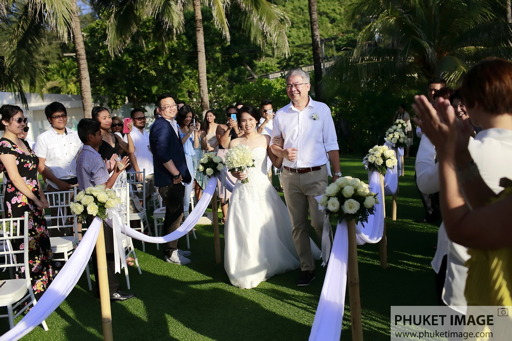 Bride and her father walk down the aisle at Katathani Resort